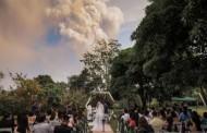زوجان يقيمان حفل زفافهما تحت سحابة من الدخان البركاني في الفلبين