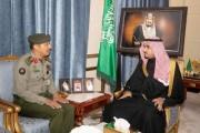 سمو نائب أمير نجران يناقش سير العمل في إدارة جوازات المنطقة