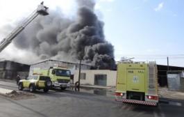 الدفاع المدني يخمد حريقاً اندلع بمستودع للأسفنج والأثاث بصناعية نجران