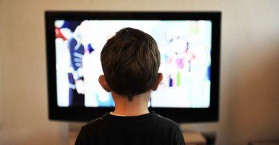 دراسة تؤكد خطورة جلوس الأطفال أمام الشاشات لفترات طويلة
