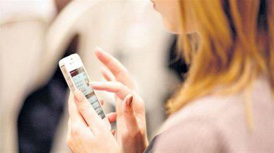 وسائل التواصل الاجتماعي تزيد أعراض الاكتئاب لدى المراهقات