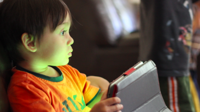 اكتشاف ضرر خطير وغير متوقع لاستخدام الأطفال للهواتف الذكية