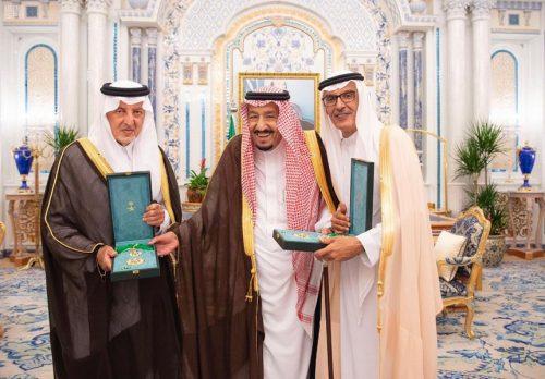 خادم الحرمين الشريفين يمنح الأمير خالد الفيصل والأمير بدر بن عبد المحسن وشاح الملك عبد العزيز