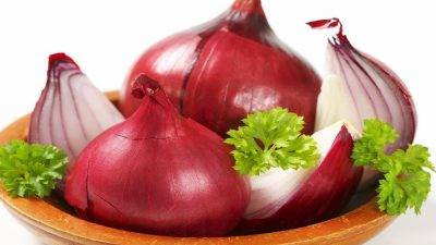 البصل الأحمر يتحدى سرطان أورام الأمعاء