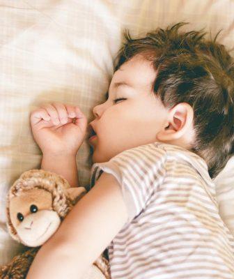 مخاطر صحية عديدة لنوم الطفل في وقت متأخر