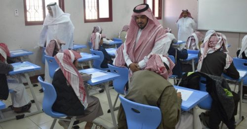 مدير تعليم نجران ومساعديه يتفقدون سير الاختبارات ميدانياً  ومدرسة اللجم الابتدائية تستقبل طالباتها بالوجبات والورود